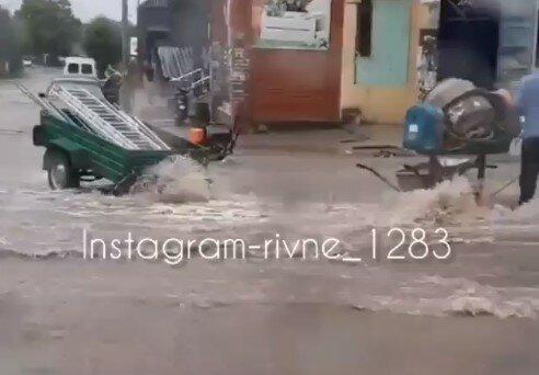 Мощный ураган обрушился на Западную Украину - улицы-реки и вырванные с мясом деревья