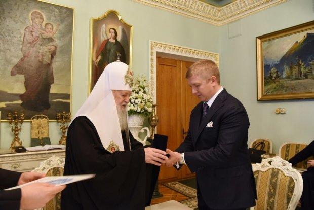 Филарет вручает Коболеву орден