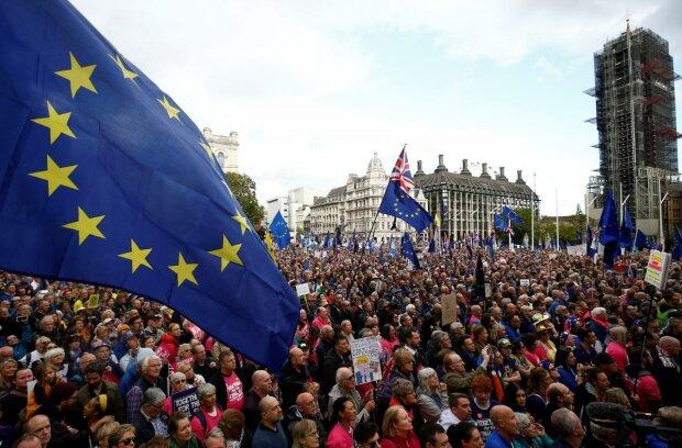 Миллионы жителей вышли на улицы, столица утопает в новой волне протестов: видео