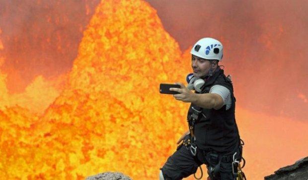 Альпинист сделал селфи в жерле действующего вулкана (фото, видео)