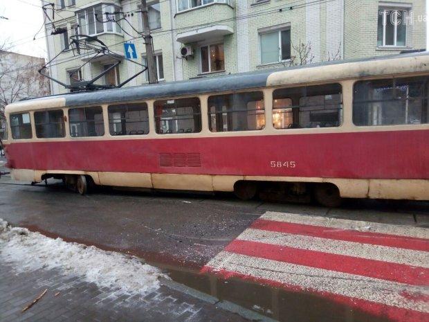 """Самовпевнений """"господар життя"""" перекрив трамвайну колію і дуже пожалкував: не треба недооцінювати киян"""