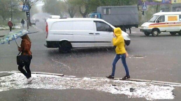 Прохожие, фото: скриншот из видео