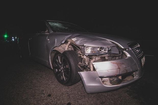 Под Киевом Audi снесла троих пешеходов: тела и кровь по всей дороге, кадры 18+