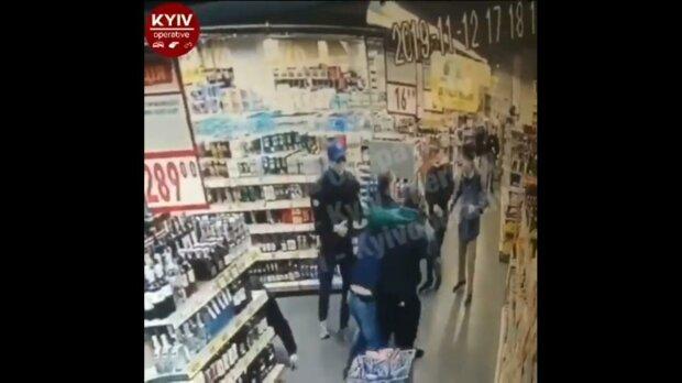 У Києві орудує зграя неконтрольованих підлітків: обкрадають магазини, б'ють охоронців, обводять копів навколо пальця