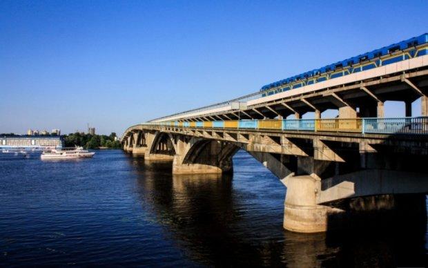 Біля Моста Метро виловили шокуючу знахідку