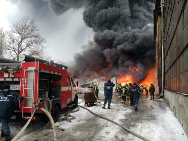 В Киеве пожар охватил здание налоговой и прокуратуры, - оказавшихся в огненной ловушке спасали через окно
