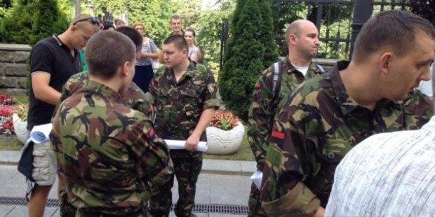 Українців примусять змінити стиль одягу: штрафуватимуть за зайву симвoліку