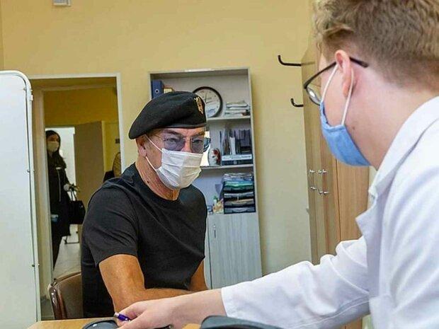 Михаил Боярский упал лицом в стену: врач просто наблюдал за Д'Артаньяном