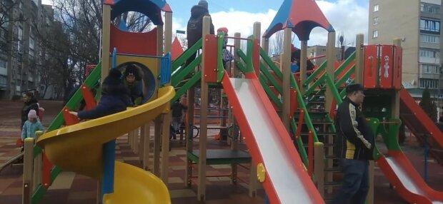 В Мелитополе вандалы по частям разобрали детскую площадку - ничего святого