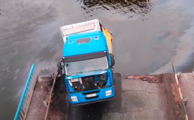 """На Тернопільщині міст-руїна повторив долю Олексіївського """"брата""""- впав у воду разом з вантажівкою"""