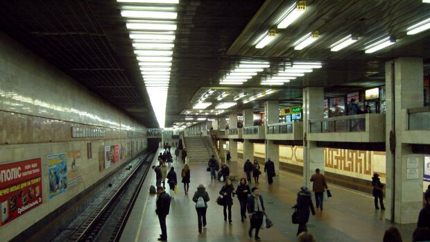 Киянин помер у метро, схопившись за серце
