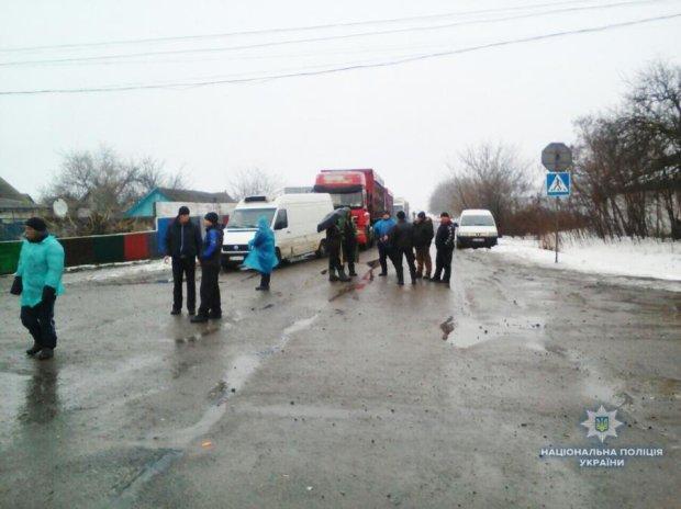 Селяни у вiдчаї заблокували дорогу на Миколаїв