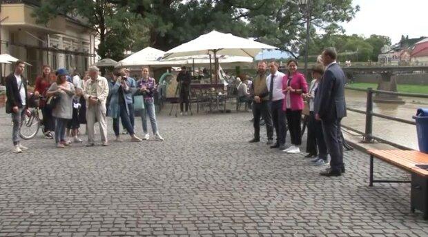 В Ужгороді з'явилася лавка із сонячною батареєю, скріншот