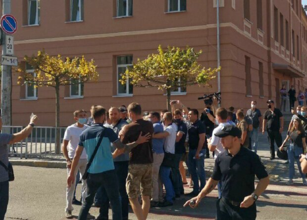 """В Днепре полиция и охрана президента набросилась на протестующих: """"Зеля - сс*кло"""""""