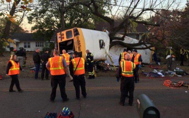 Переполненный школьный автобус влетел в грузовик, пострадали дети: фото