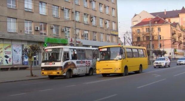 Во Франковске маршрутчиков застукали на мерзком занятии с пенсионерами