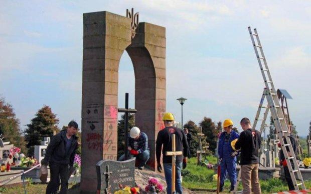 Незбагненно! Поляки поглумилися над залишками пам'ятника воїнам УПА