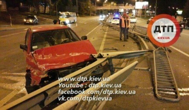 П'яний водій зніс 30 метрів відбійника в Києві (відео)