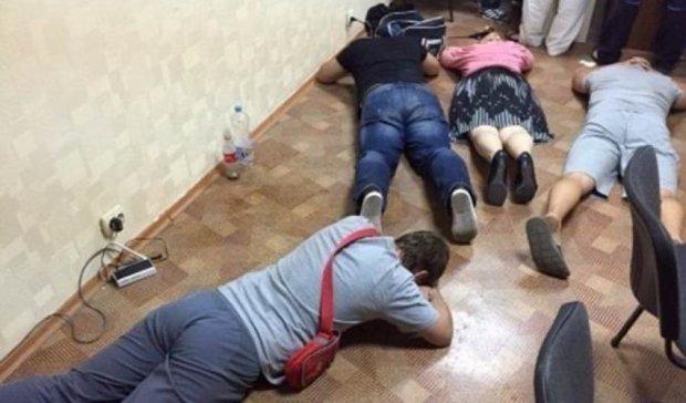 """У Харкові викрили конвертцентр, який """"відмивав"""" кошти терористів"""