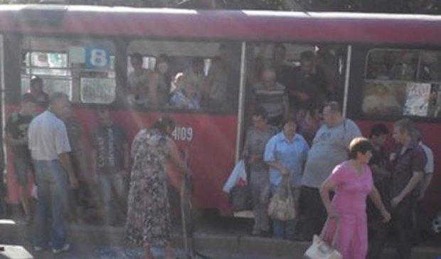 В Харькове мужчина выпал из трамвая вместе с окном (фото)