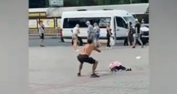 """В Запорожье синий """"балерун"""" устроил дикий балет в центре города"""