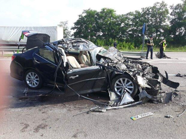 """Під Дніпром зіткнулися Жигулі і Mercedes, совкова """"міць"""" вщент: кадри з місця аварії"""