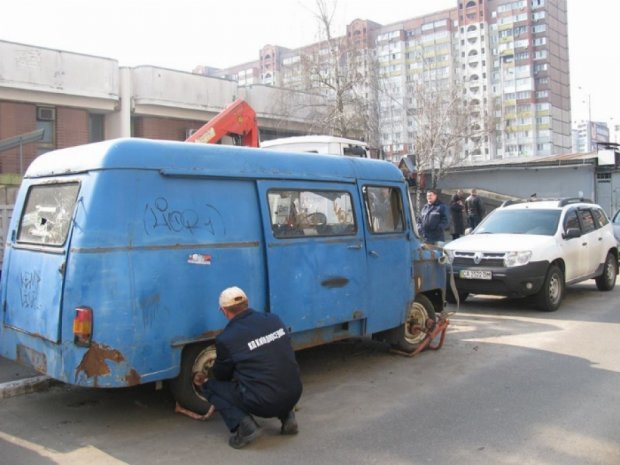Машини з київських дворів викинуть на звалища (фото)