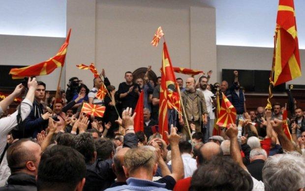 Македонские демонстранты штурмовали парламент: пострадали депутаты