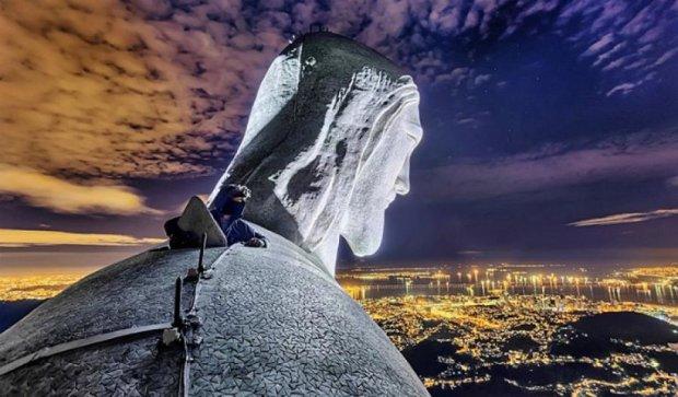 Руферы вылезли на 38-метровую статую Христа (фото, видео)