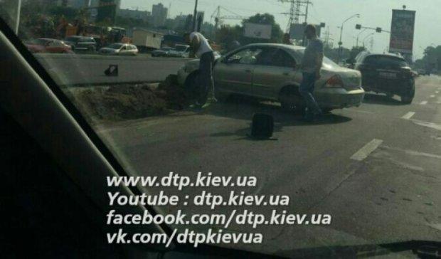 В Киеве автомобиль снес светофор (ФОТО)