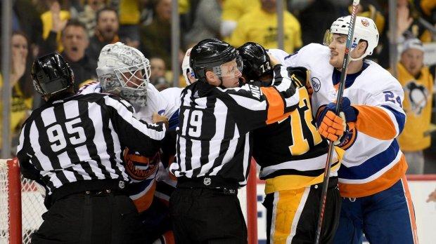 Матч НХЛ перетворився на жорстку бійню на льоду: відео