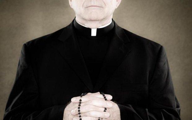 Кадило крутитися, гроші мутяться: п'яний священик підірвав інтернет