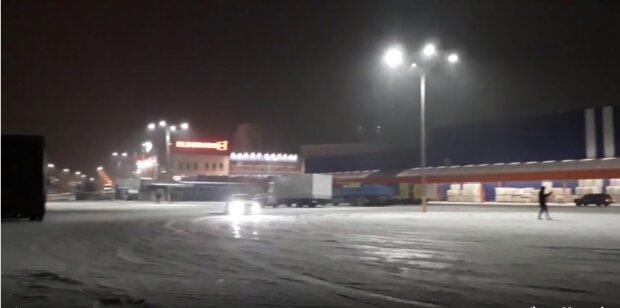 """В Хмельницком дрифтеры устроили """"шоу"""" на парковке, мчались как сумасшедшие: смертельно опасно"""
