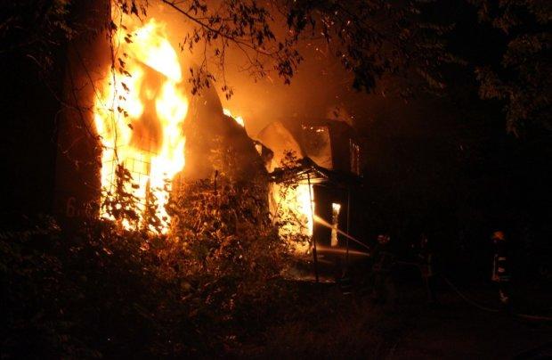 Перерізав горло та спалив у батьківському домі: подвійне вбивство на Полтавщині змусило здригнутися навіть копів
