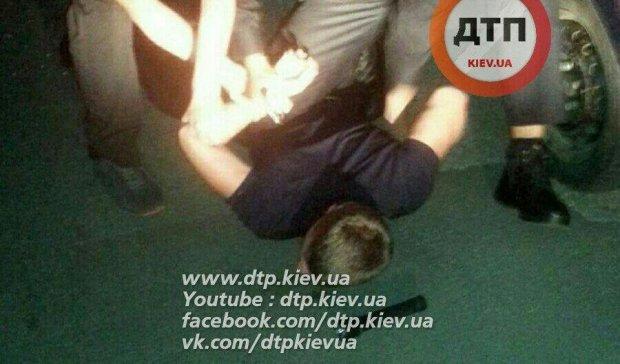 В Киеве водитель протаранил патрульное авто и притворился спящим