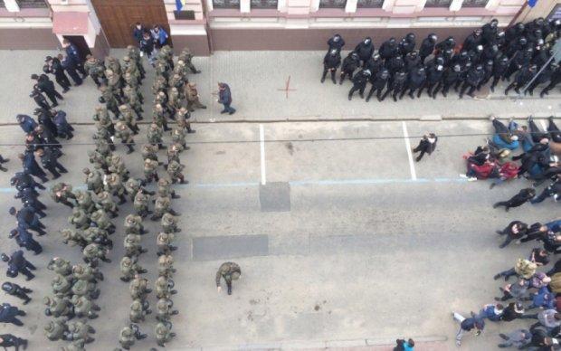 Активісти побилися з копами біля харківського Сбербанка, підтяглася Нацгвардія