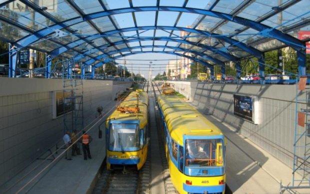 В Киеве скоростной трамвай сошел с рельсов на полном ходу: подробности