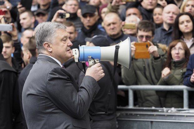 Команда Порошенко готовится к покушению: под одеждой заметили странную деталь