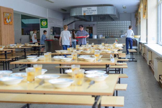 """""""Зате кухарі додому свіженьке тягнуть"""": під Дніпром школярів годують бутербродами з цвіллю"""