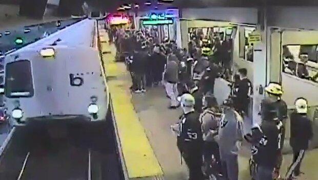Як у кіно: працівник метро врятував пасажира за секунду до загибелі, відео з місця події