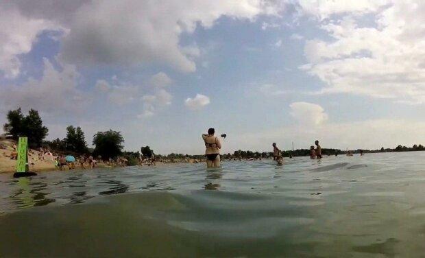 Под Днепром скользкие твари запустили щупальца в купальники красавиц - осторожно