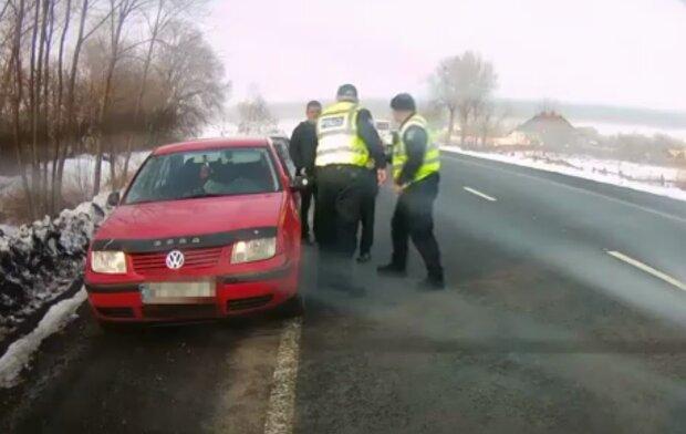 Женщина родила за рулем, кадр из видео: Facebook полиция Волынской области