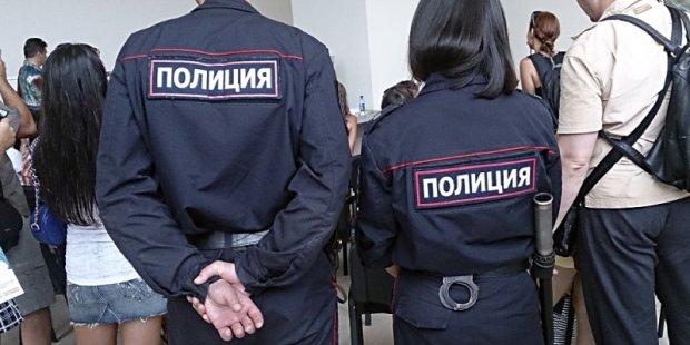 Российские копы отпраздновали 23 февраля с голой женщиной, а потом сами загремели в участок: видео