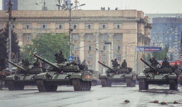 "Парад у Донецьку: ""головнокомандувач"" на милицях і пси в камуфляжі"