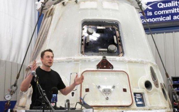 Маск похвастался первым скафандром от SpaceX: фото