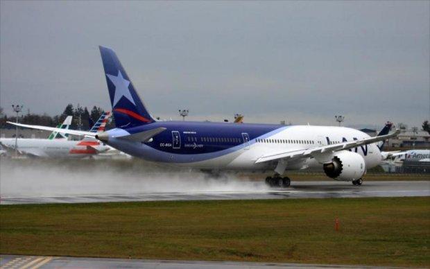 Літак зніс вантажівку з людьми у США: фото