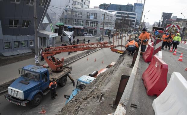 В Киеве начали сносить Шулявский мост: фото