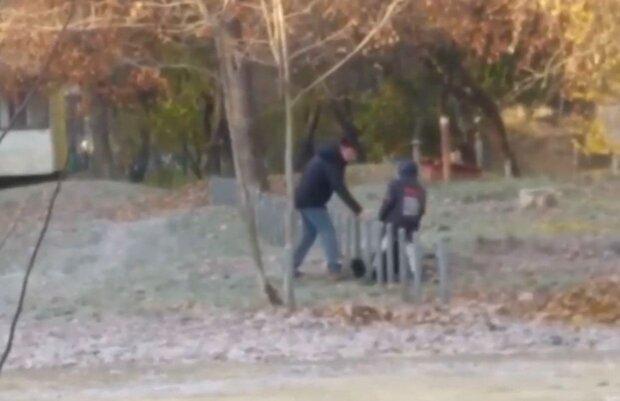 Мужчина бьет собаку / скриншот из видео