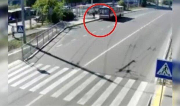 Украинец решил умереть под троллейбусом, но кондуктор был против: видео