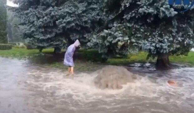 """Тернопольщина """"поплыла"""" после адского ливня - коричневые реки на дорогах и огороды в воде"""